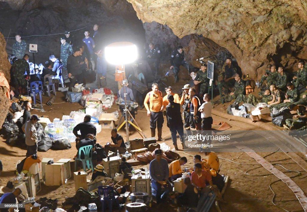 Boys, football coach missing in Thai cave : Fotografía de noticias