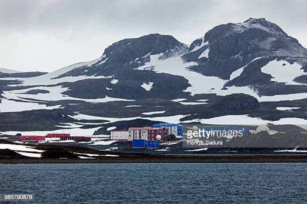 research stations on king george island - houses in antarctica stock pictures, royalty-free photos & images