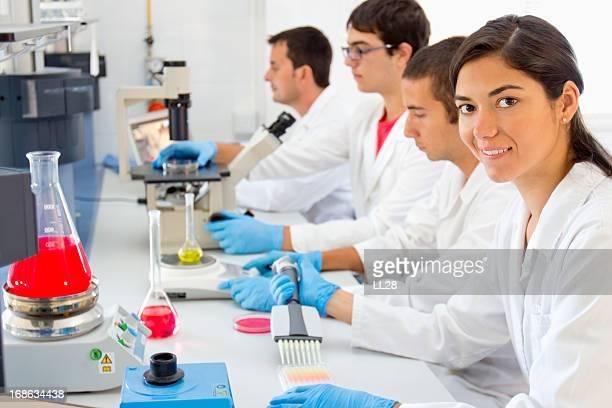 Équipe de recherche au Laboratoire pharmaceutique