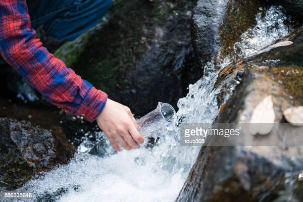 汚染をチェックする研究者や科学者が水のサンプルを採取