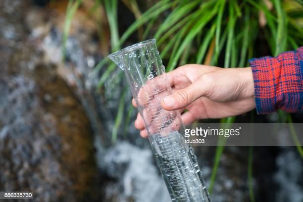 Un chercheur ou scientifique prise d'échantillon d'eau pour vérifier la pollution