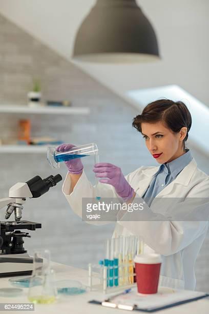 実験室の研究者を使用しています。 - 物理学者 ストックフォトと画像