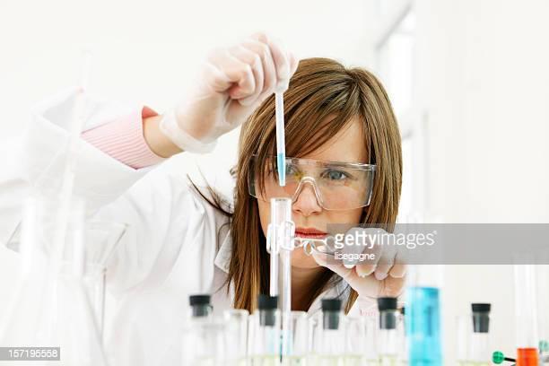 Chercheur travaillant avec des produits chimiques