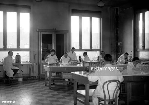 Researchers work in the tuberculosis research laboratory of the Pasteur Institute, 06 November 1938 in Paris. The Pasteur Institute was inaugurated...