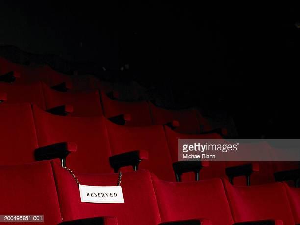 reserved sign on empty cinema seat - exclusión fotografías e imágenes de stock
