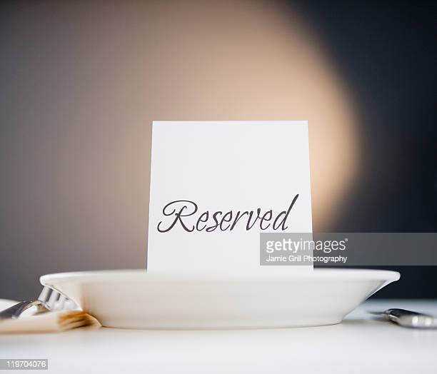 reserved sign on place setting, studio shot - making a reservation fotografías e imágenes de stock