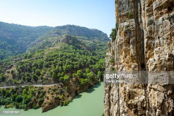 reservoir on the guadalhorce river, natural site of desfiladero - 岩壁 ストックフォトと画像