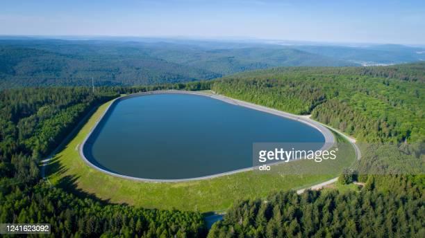 reservoir, speicherbecken von pumpspeicherwerk - stausee stock-fotos und bilder
