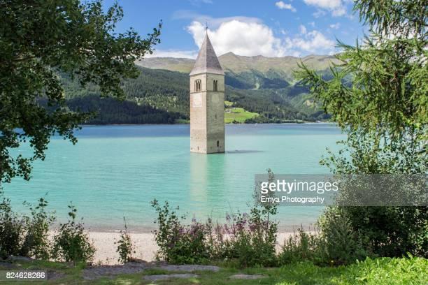 resia lake - lago di resia - reschensee in val venosta, south tyrol, italy - alto adige bildbanksfoton och bilder