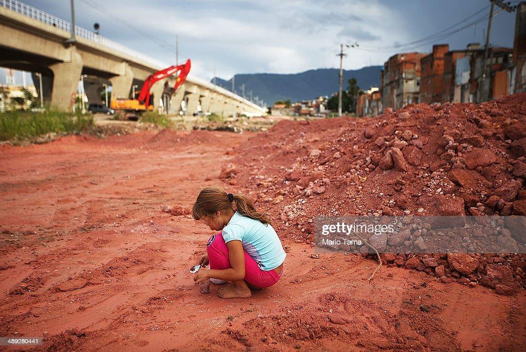 Government Construction in Rio Favela Affects Children's Health : Nachrichtenfoto