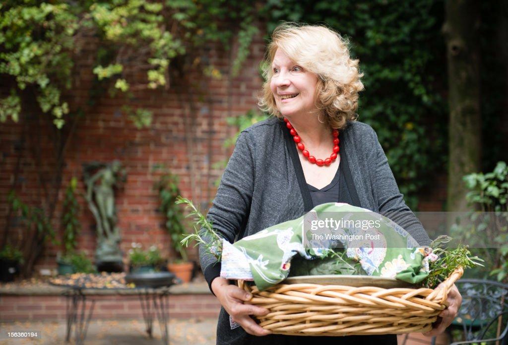DC resident Lisa Jorgenson puts together a s stuffed vegetarian Hubbard squash. : News Photo