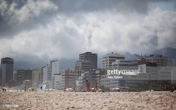 residential buildings along ipanema beach at midday. - alex saberi 個照片及圖片檔