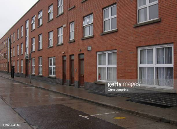 residential buildings on quiet street - housing development stock pictures, royalty-free photos & images