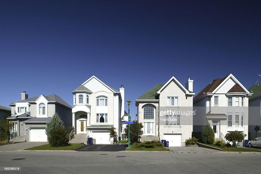 Distrito residencial de casas em uma fileira : Foto de stock