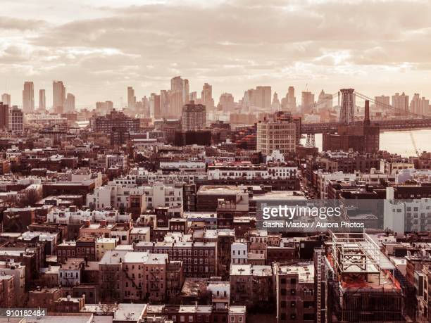 residential district in queens against skyline of new york, usa - ニューヨーク市クイーンズ区 ストックフォトと画像
