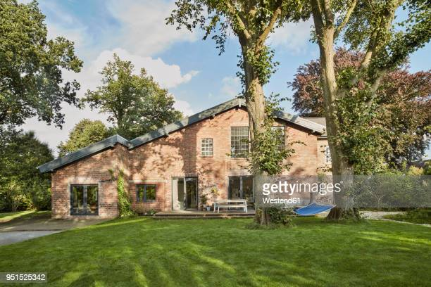 residential house with hammock in garden - wohnhaus stock-fotos und bilder