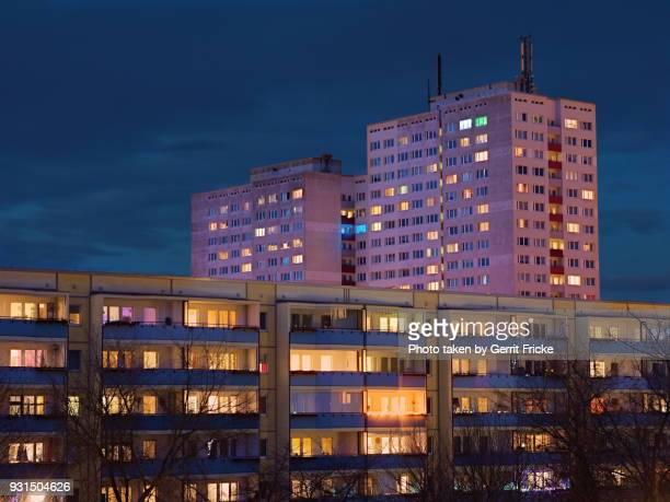 residential house, wohnhaus, hochhaus by night - fensterfront stock-fotos und bilder