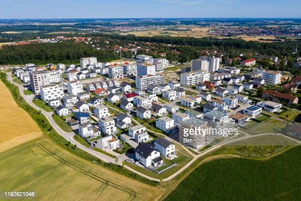 wohnviertel von oben - vorort wohnsiedlung stock-fotos und bilder