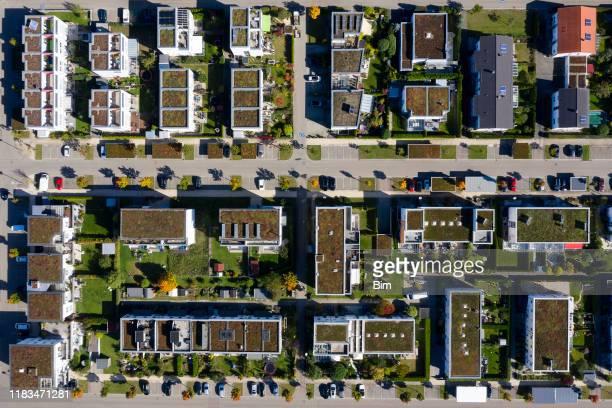 wohnviertel von direkt oben - parkplatz stock-fotos und bilder