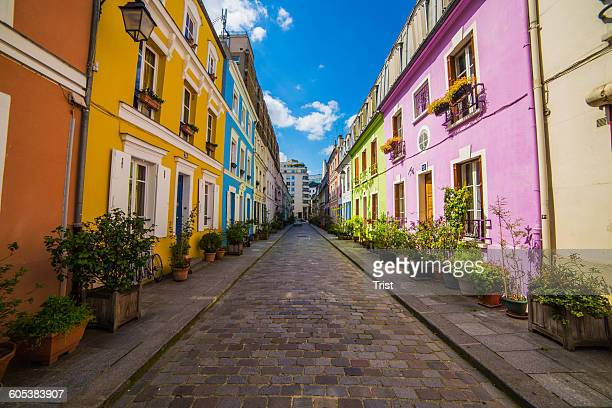 residential street and houses, paris, france - fluchtpunkt stock-fotos und bilder