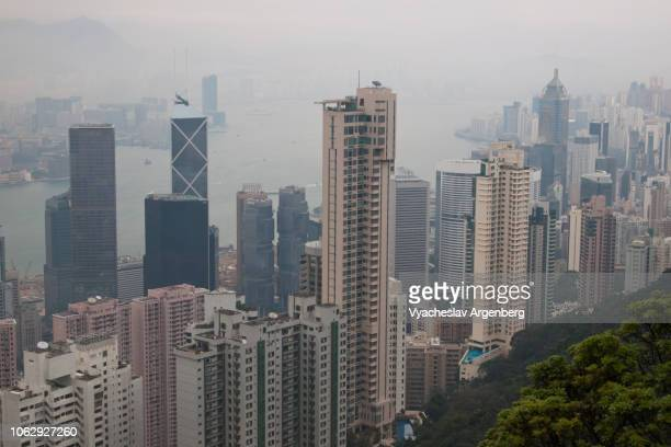 residential towers of hong kong, a truly vertical urban life - argenberg stock-fotos und bilder
