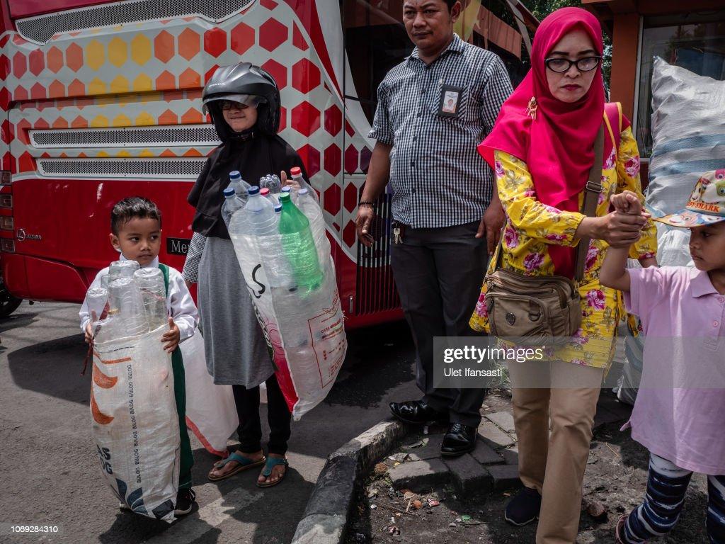 Indonesians Tackle With Plastic Waste In Surabaya : Fotografía de noticias