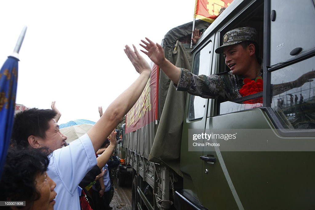 Residents Bid Farewell To Soldiers Who Joined Floods Rescue Mission In NE China : Nieuwsfoto's