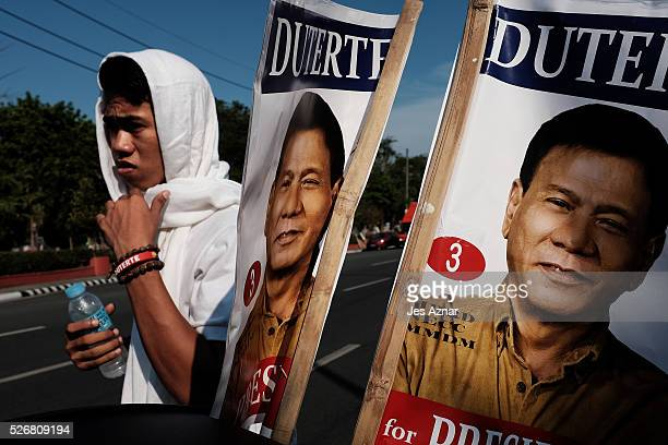 Residents go out in the streets to show their support for presidential candidate Rodrigo Duterte during a campaing event on May 1 2016 in Manila...