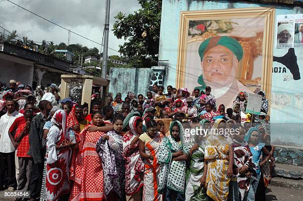 Residents of Anjouan gather to see Ahmed Abdallah Mohamed Sambi the president of Comoros upon his arrival to the Comoran island of Anjouan on April 5...