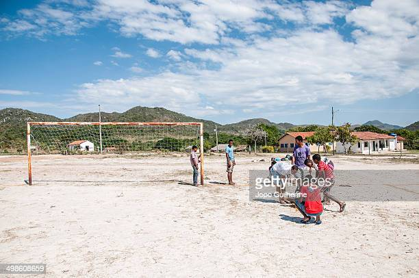 CONTENT] Residents of Engenho II community near the town of Cavalcante in preparing the soccer field for one more game territory Kalunga