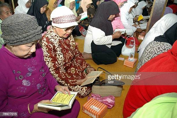 Residents of Ndalem Kalitan home of the late Siti Hartinah wife of former president Suharto pray for his fast recovery in Solo 14 January 2008...