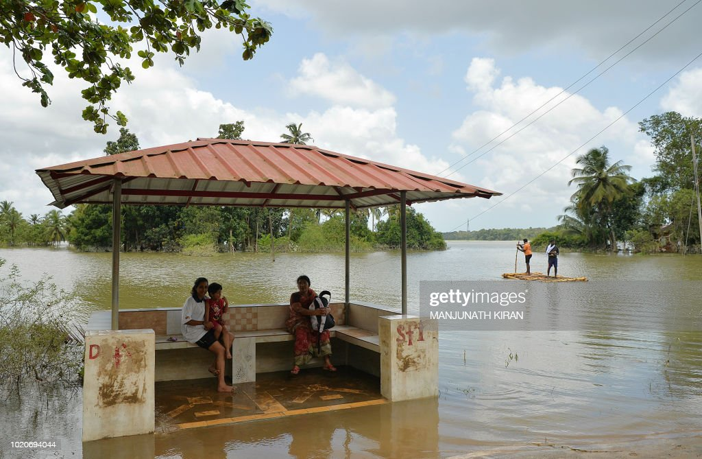 TOPSHOT-INDIA-WEATHER-FLOODS : News Photo