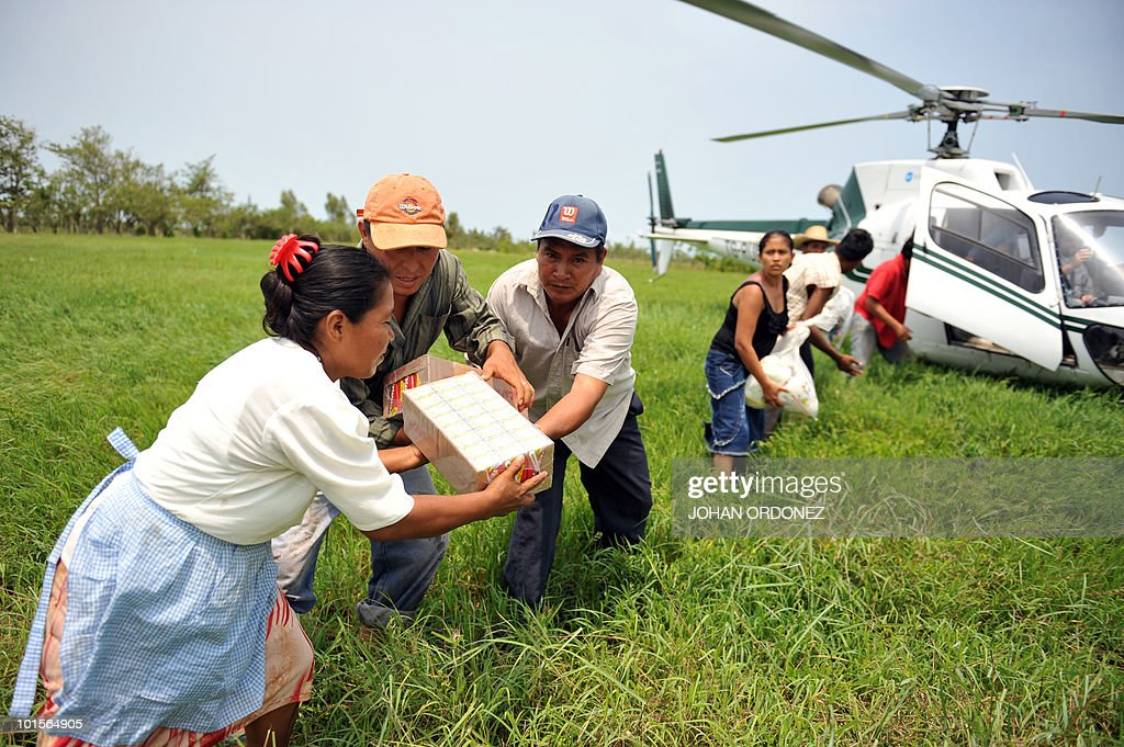 Residents of Stan community, in the municipality of Champerico, Retalhuleu, 188 km south of Guatemala City, help to unload food supplies on June 2, 2010. The death toll from a violent weekend storm that lashed Central America neared 150 Tuesday, and more fatalities were feared as rescuers reached villages cut off by floods and mudslides. Guatemala's President Alvaro Colom told a news conference that 123 people were now confirmed killed and another 90 missing in his country as a result of Tropical Storm Agatha, which dumped heavy rains before dissipating in the country's highlands. AFP PHOTO / Johan ORDONEZ