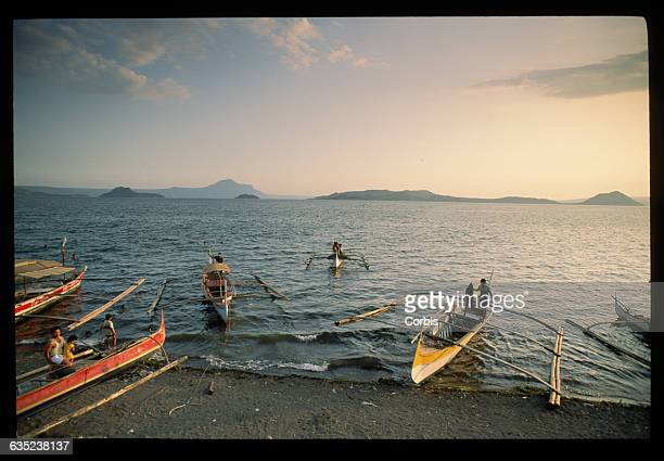 Residents of the volcanic island of Taal evacuate on outrigger canoes before an impending eruption | Location Taal Philippines