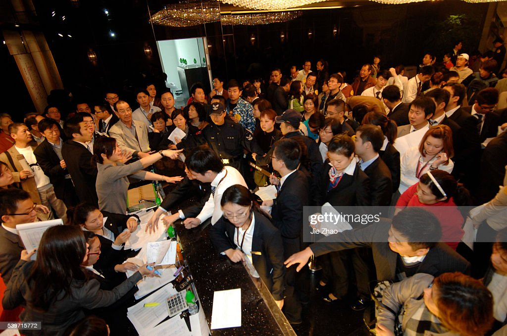 Residents queue for purchasing apartments in Shanghai : News Photo