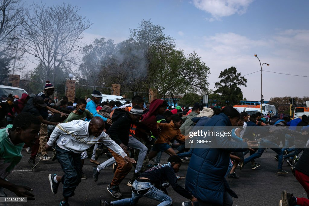 TOPSHOT-SAFRICA-UNREST-POLICE : News Photo