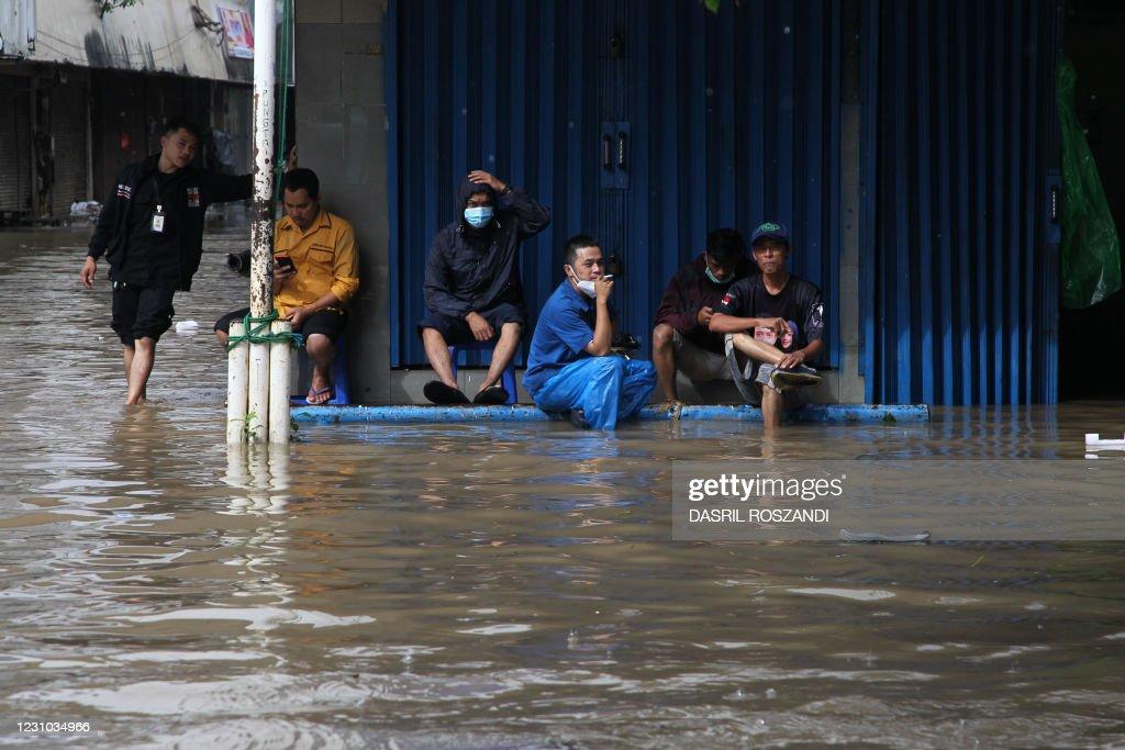 TOPSHOT-INDONESIA-FLOODS : News Photo