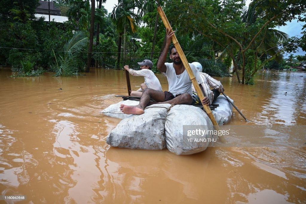 TOPSHOT-MYANMAR-FLOOD-LANDSLIDE : News Photo