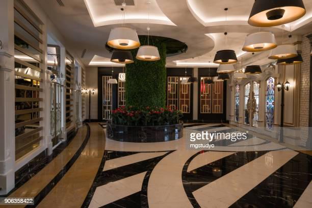 resort hotel eingang halle korridor. - eingangshalle gebäudeteil stock-fotos und bilder