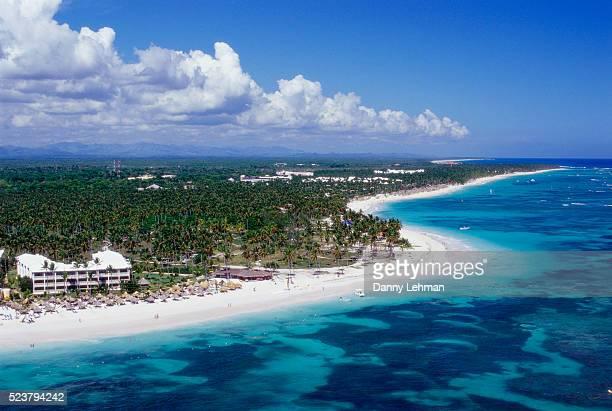 resort on bavaro beach in punta cana - punta cana fotografías e imágenes de stock