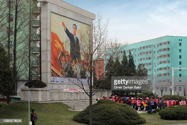 respect for the north korean leader - kim il sung imagens e fotografias de stock