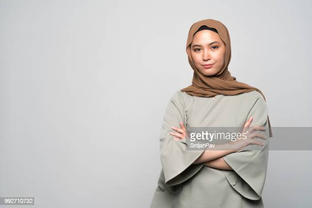 respetando la tradición - malasia fotografías e imágenes de stock