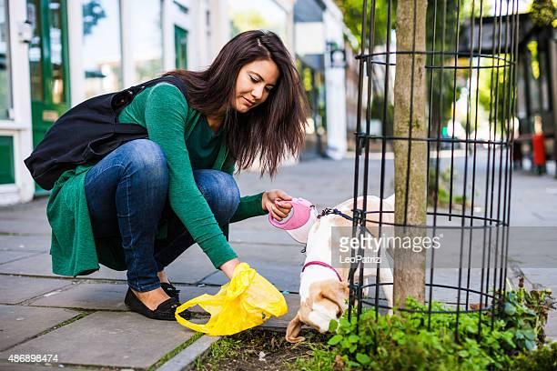 responsabile donna pulisce il marciapiede a londra, notting hill - cacca foto e immagini stock