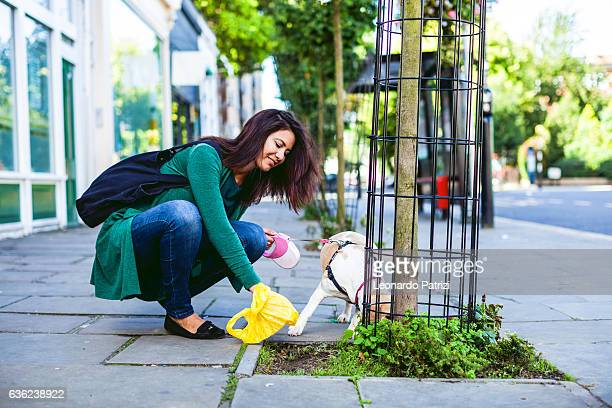 Responsável mulher limpeza dos passeios em Londres, de Notting Hill