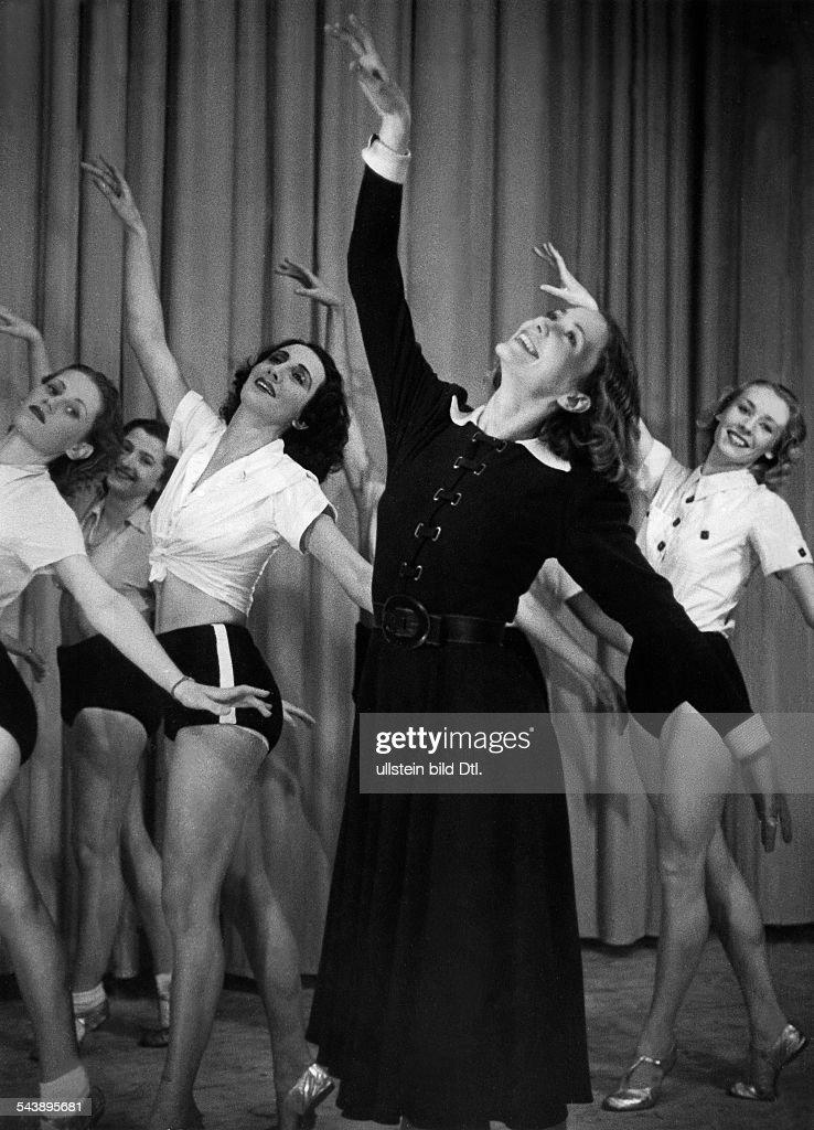 Ress, Sabine - Dancer, Germany/ (in front) with her film ballet 'Sabine Ress' : Nachrichtenfoto