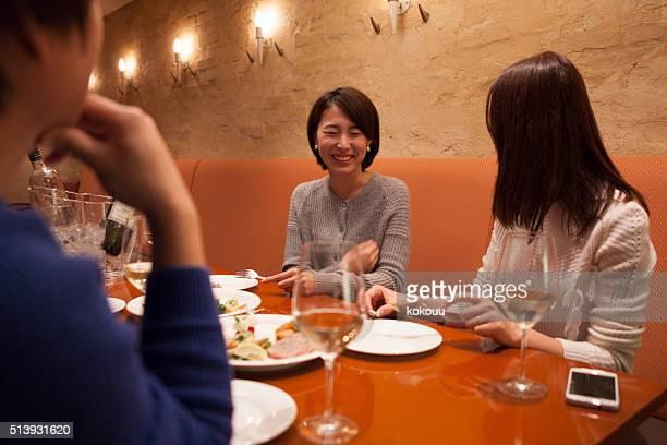 レストランの人々と話にお尋ねください。