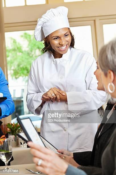 レストランのシェフがお客様のメニューからご注文のサポート