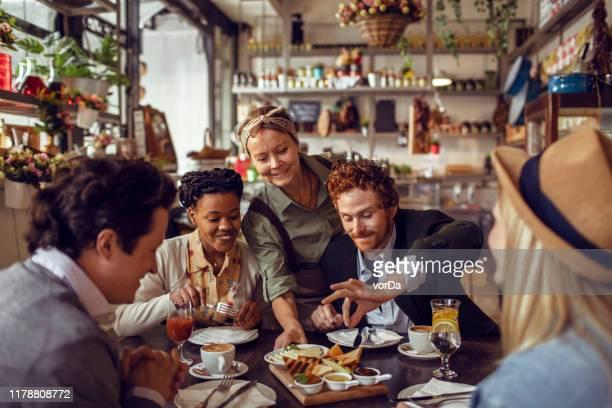 restaurant manger - restaurant photos et images de collection