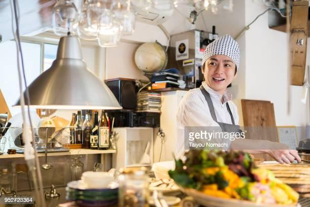 restaurant female manager - café edificio de hostelería fotografías e imágenes de stock