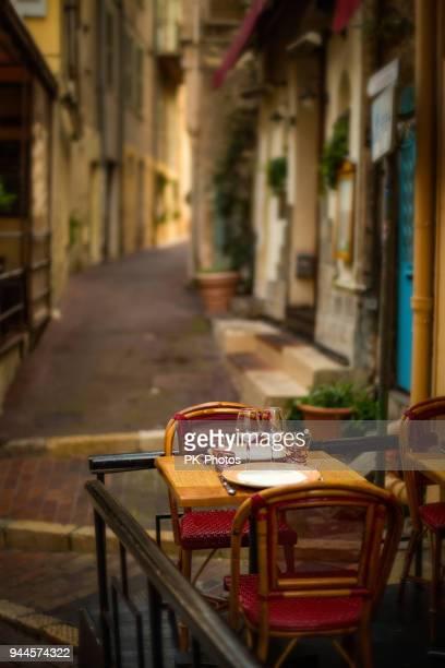 restaurant in de oude stad cannes, côte d ' azur, frankrijk - cannes stockfoto's en -beelden